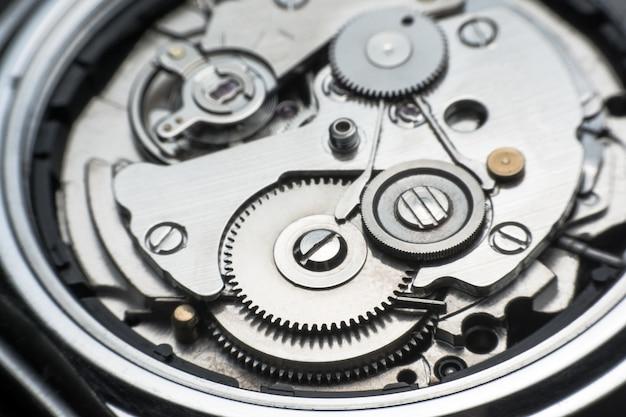 Montre mécanique / horloge à engrenages. bouchent les rouages et les engrenages à l'intérieur du fond de l'horloge Photo Premium
