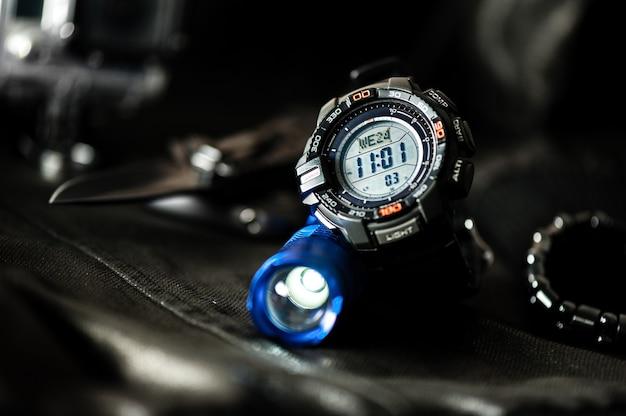 Montre Numérique Noire Pour Les Activités De Plein Air Avec Fonction Chronomètre, Compte à Rebours, Rétro-éclairage Et Résistance à L'eau. Photo Premium