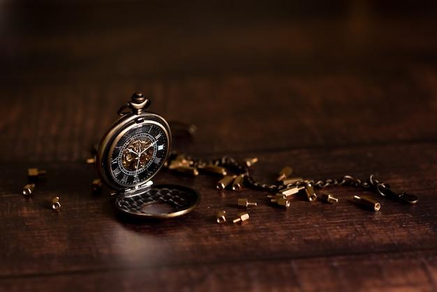 Montre De Poche Vintage Et Sablier Ou Sablier, Symboles Du Temps Avec Espace Copie Photo Premium