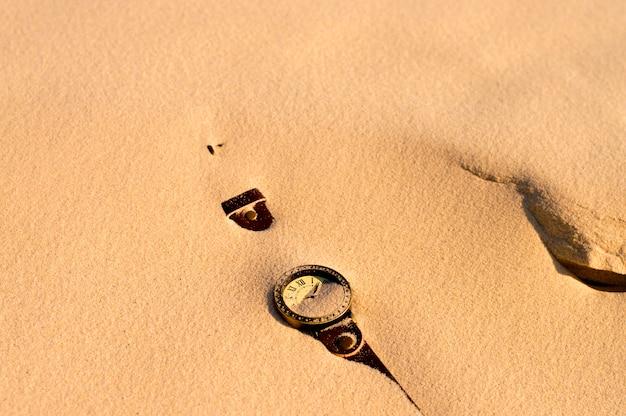 Les montres sont recouvertes de sable Photo Premium