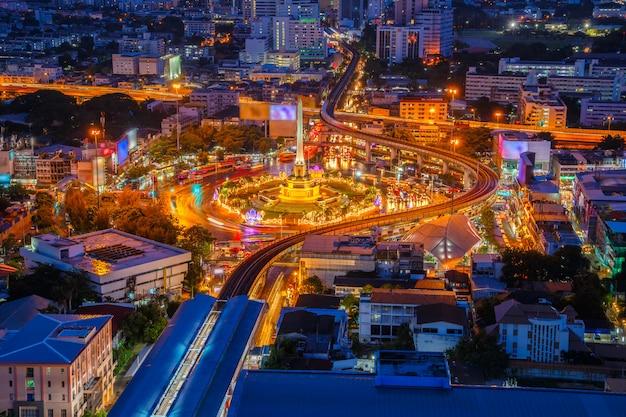 Monument de la victoire de la thaïlande et le trafic principal pour la route à bangkok, thaïlande Photo Premium