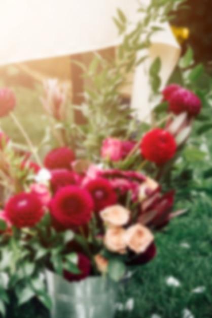 Moody arrangement floral en clair-obscur, oeillets rouges et violets Photo Premium