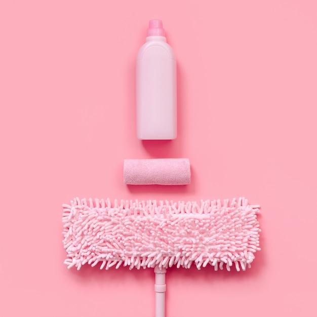 Mop, chiffon et rose lessive pour le nettoyage de printemps. vue de dessus Photo Premium