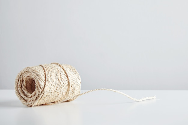 Moraillon De Corde Artisanale Isolé à Côté Du Tableau Blanc Photo gratuit