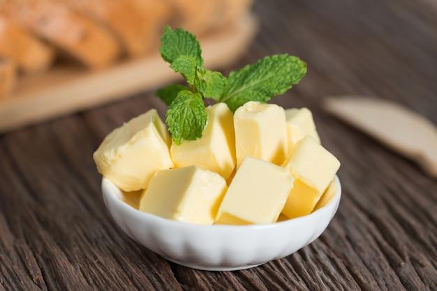 Morceau De Beurre Dans Un Bol Blanc. Photo Premium