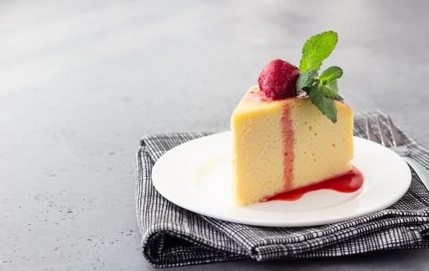 Un morceau de cheesecake de coton japonais à la menthe et à la fraise. Photo Premium