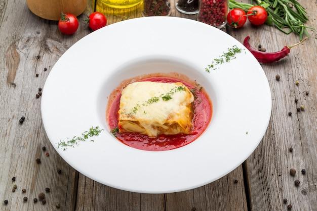 Morceau de délicieuses lasagnes chaudes au vin rouge. Photo Premium