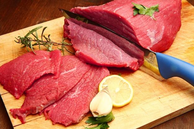 Morceau entier de viande et coupé en tranches Photo Premium