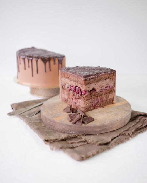 Morceau de gâteau au chocolat avec sensation de cerise et ganache au chocolat. Photo Premium