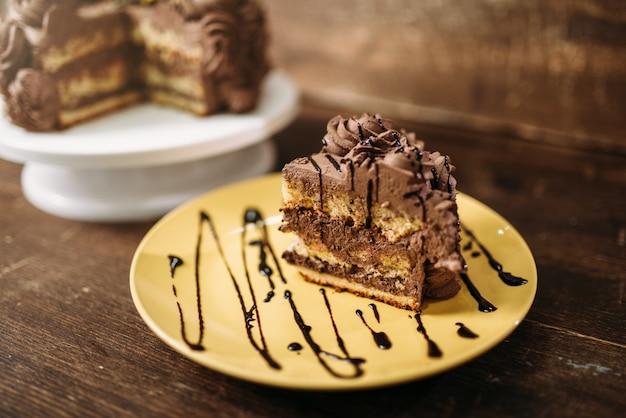Morceau De Gâteau Dans L'assiette, Chef D'oeuvre Culinaire Photo Premium