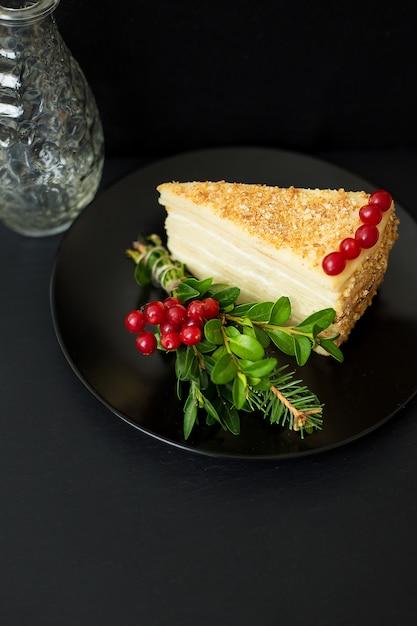 Morceau de gâteau décoré de branches et de baies Photo Premium