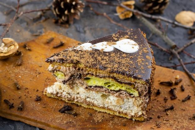 Un morceau de gâteau d'hiver. un morceau de gâteau coupé pour les vacances d'hiver Photo Premium