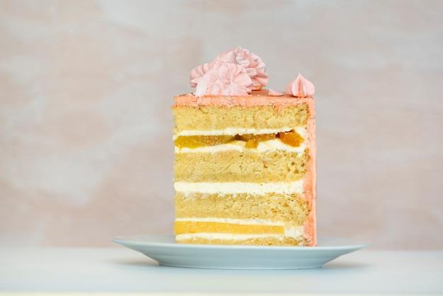 Morceau De Gâteau Sur Plaque Blanche. Gâteaux éponge Et Crème Vanille-fruit. Photo Premium