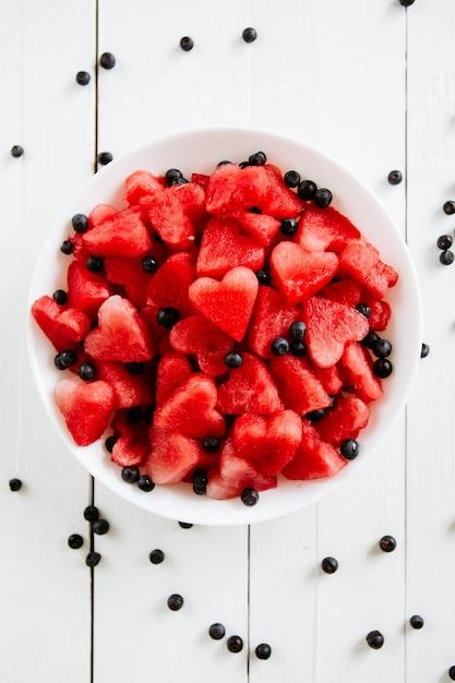Morceau De Melon D'eau Et Coeurs Sur Fond Blanc Photo Premium