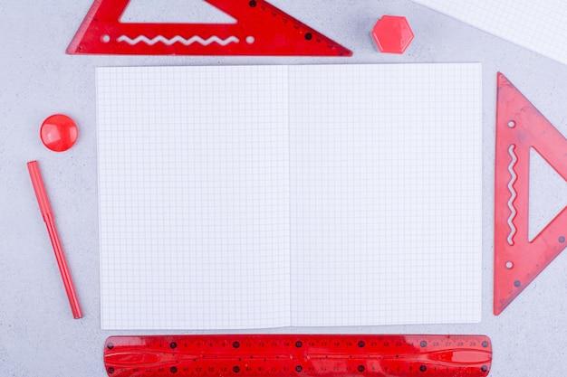 Un Morceau De Papier Blanc Avec Des Règles Rouges Autour Photo gratuit