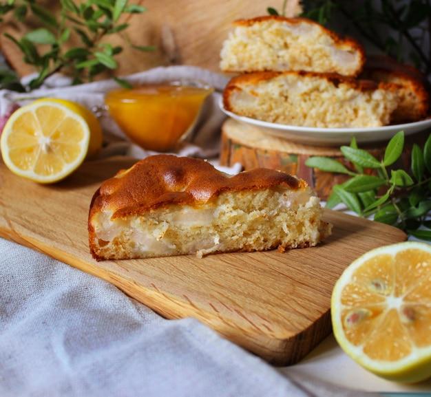 Un Morceau De Tarte Aux Pommes Sur Une Planche En Bois Photo Premium