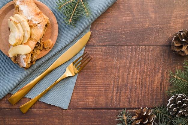 Morceau de tarte aux pommes sur une plaque en bois Photo gratuit