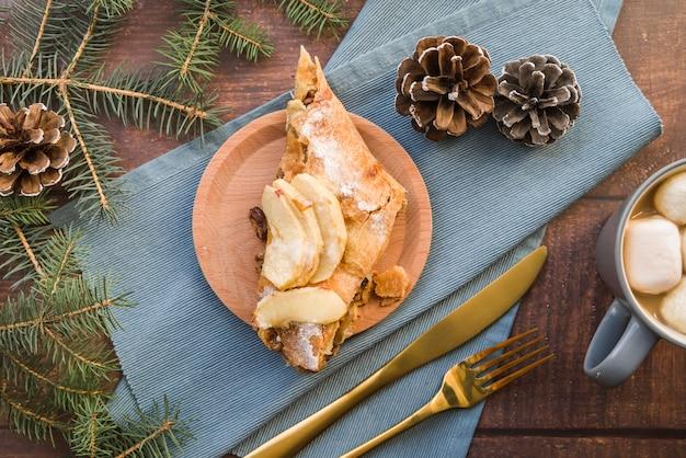Morceau de tarte aux pommes sur plaque Photo gratuit