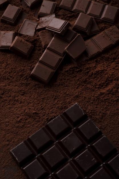 Morceaux De Carreaux De Chocolat Recouverts De Poudre De Chocolat Photo gratuit