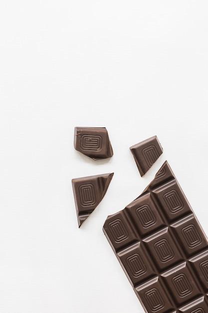 Morceaux de chocolat noir isolé sur fond blanc Photo gratuit