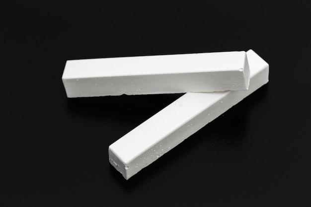 Morceaux de craie blanche sur un tableau noir Photo Premium
