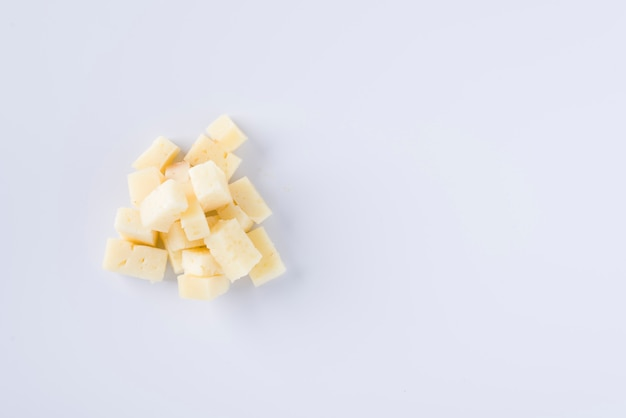 Morceaux de délicieux fromage pecorino sur fond blanc Photo Premium