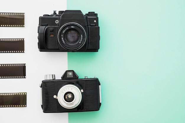 Des morceaux de film près des caméras vintage Photo gratuit