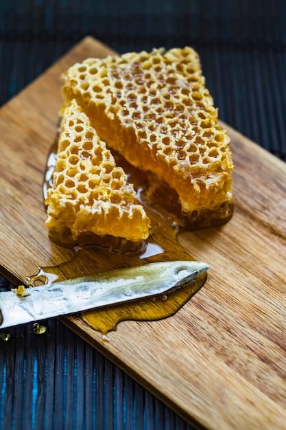 Morceaux Planche À Une Et Nid Couteau Découper Sur En D'abeilles De mNwn0v8