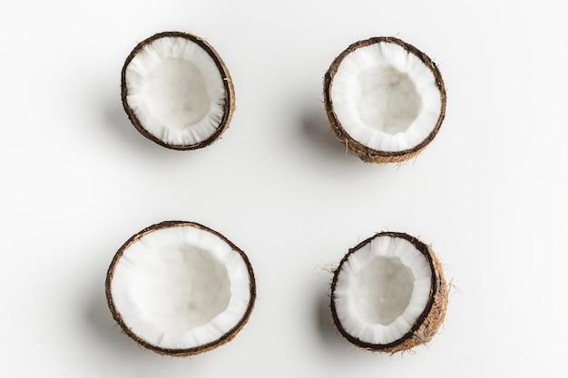 Morceaux de noix de coco mûres sur fond blanc, espace de copie Photo Premium