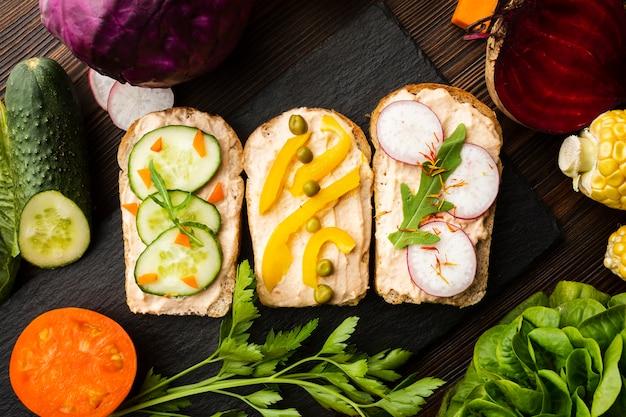 Morceaux de pain avec légumes et arrangement de légumes Photo gratuit