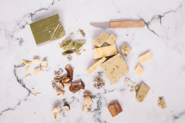 Morceaux de pain de savon et couteau sur fond de marbre Photo gratuit