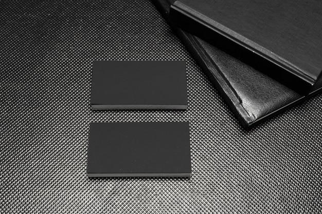 Des morceaux de papier noir simulent la vue de dessus sur fond noir Photo Premium