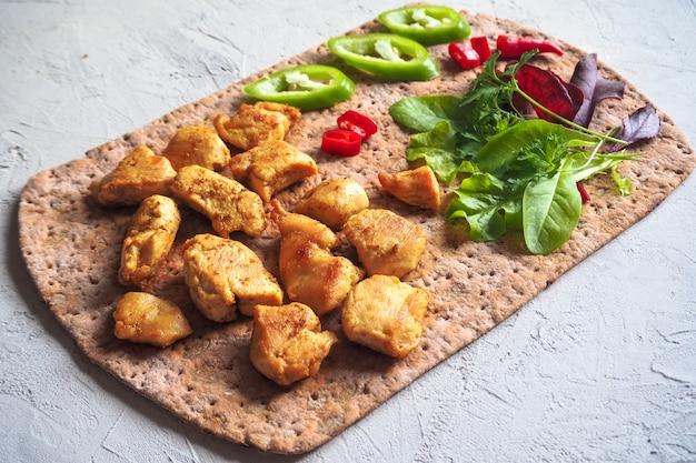 Morceaux De Poulet Grillés Avec Des Légumes Sur Du Pain Mince. Photo Premium
