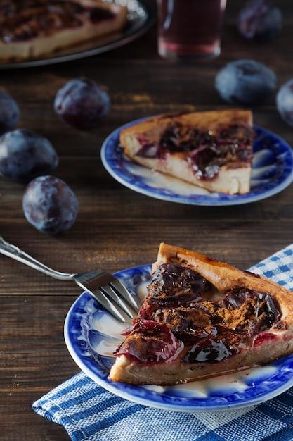 Morceaux de tarte aux prunes sur les soucoupes bleues Photo Premium