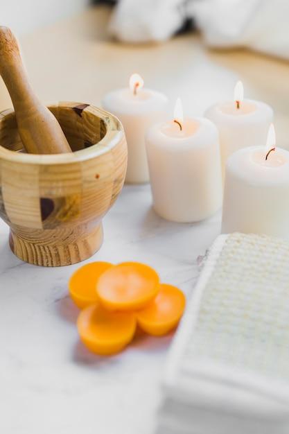 Mortier et pilon près des fournitures de spa Photo gratuit