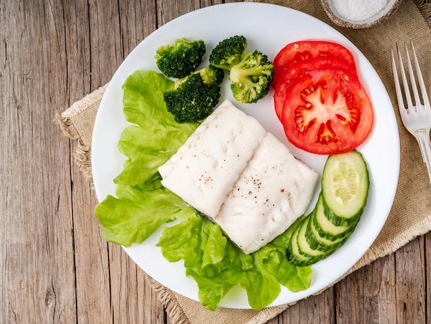 Morue à la vapeur. paléo, céto, fodmap alimentation saine avec des légumes Photo Premium