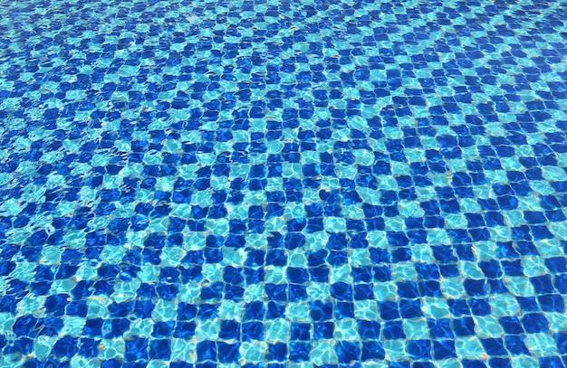 Mosaïque bleue abstraite de l'eau de la piscine pour le fond Photo Premium
