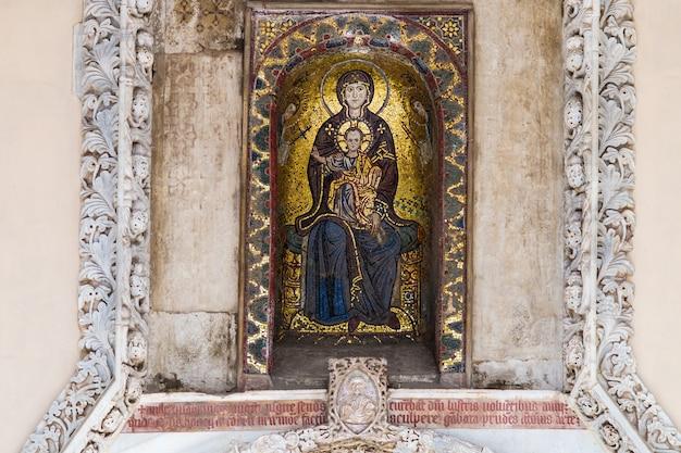 Mosaïque byzantine de la vierge et l'enfant à palerme, en sicile Photo Premium
