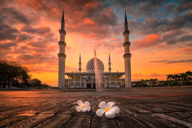 Mosquée Du Sultan Salahudin Abdul Aziz Shah Au Coucher Du Soleil à Shah Alam, Malaisie. Photo Premium