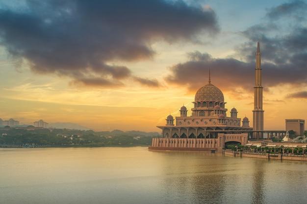 La Mosquée Putra Est Une Mosquée Importante à Putrajaya. Malaisie Photo Premium