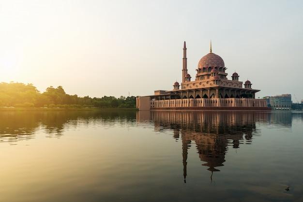 La mosquée putrajaya entre le couchant du soleil à kuala lumpur, en malaisie. Photo Premium