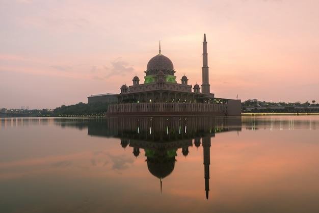 La mosquée putrajaya entre le feu du soleil à kuala lumpur, en malaisie. Photo Premium