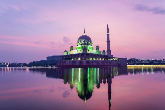 Mosquée putrajaya entre le lever du soleil à kuala lumpur, malaisie. Photo Premium