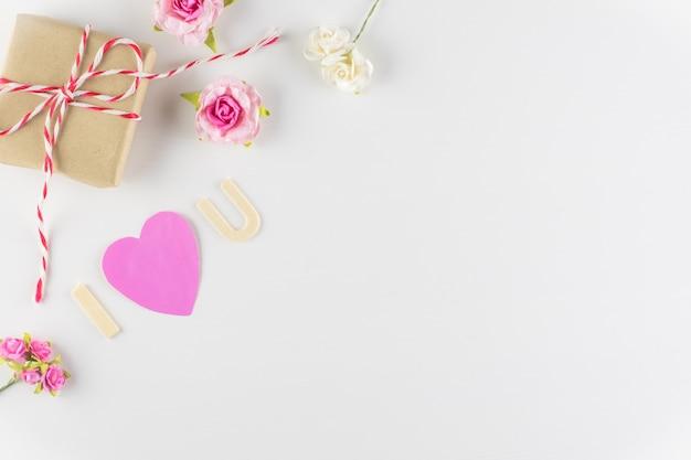 Mot amour sur fond blanc avec un espace pour le texte, saint valentin Photo Premium