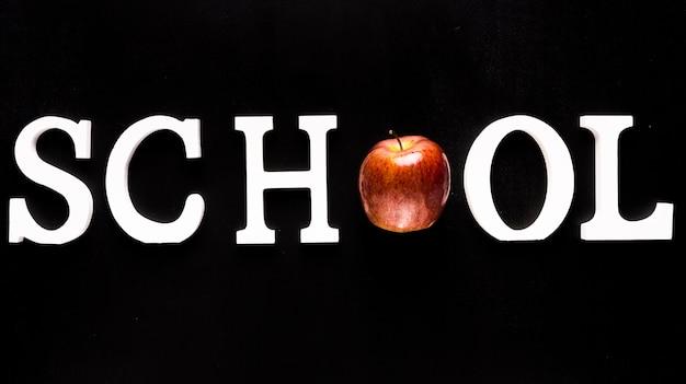Mot école blanche avec pomme au lieu de lettre Photo gratuit