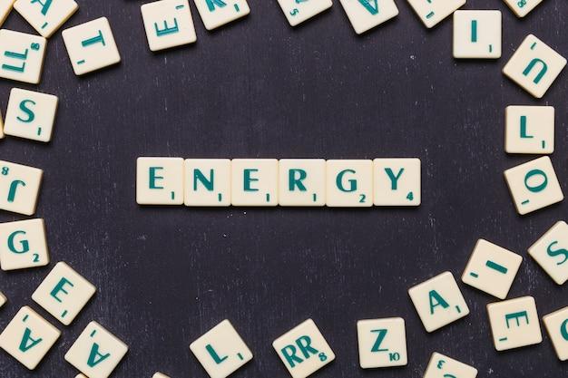 Mot énergie fabriqué à partir de lettres de jeu au scrabble Photo gratuit