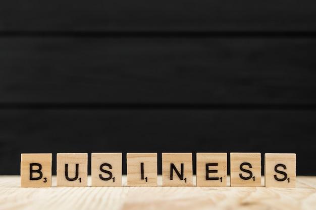 Le mot entreprise orthographié avec des lettres en bois Photo gratuit