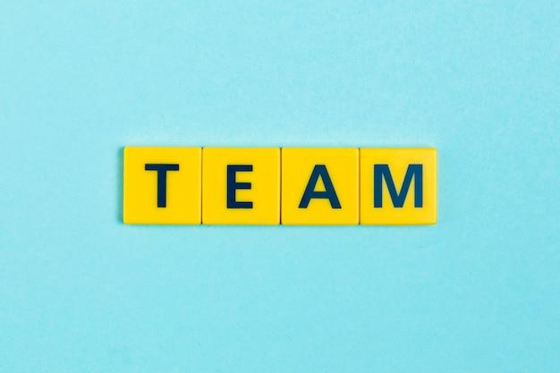 Mot de l'équipe sur les carreaux de scrabble Photo gratuit
