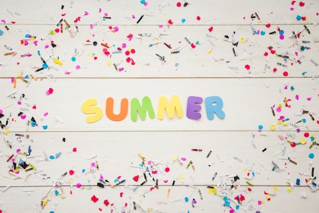 Mot d'été parmi les confettis Photo gratuit