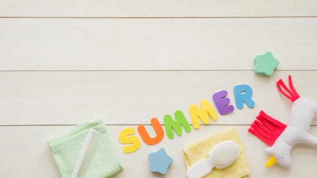 Mot d'été parmi les jouets Photo gratuit